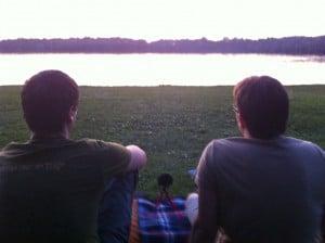 Matze und Peppi podcasten am See